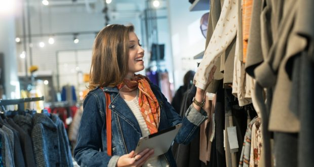 Márkás használt ruhákat vásárolhat.